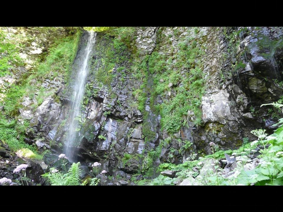 Cascade dans le Puys de Dôme : on se croirait en Island