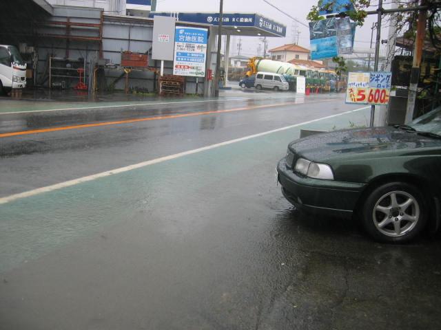 自宅の車のまえまできました。車を少しでも上の方に上げないと・・・