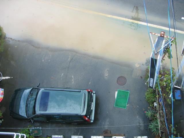 少しずつ水がひけていきます。屋上から撮ってみました。