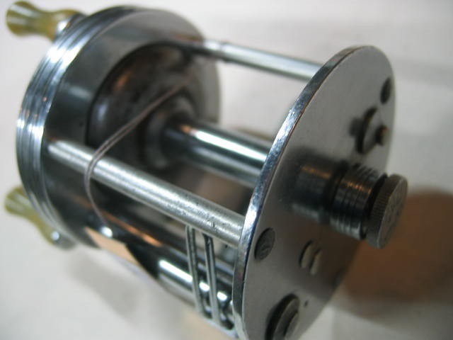 J.Cヒギンスの代表的なタイプのダイレクトリールです。ズバリ¥6800(ノブの固着ナシ)