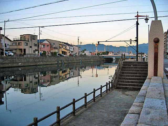 江尻小前の巴川、上の橋が旧の国一