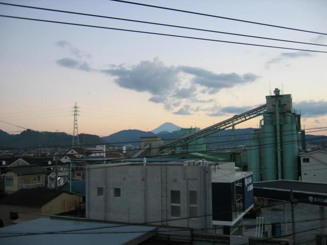 2013年10月27日台風明けの早朝です。正面中央は富士山です。