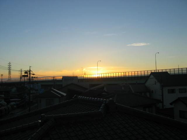 2013-10月10日の朝焼けですが雲が少ないので光の変化が楽しめません。