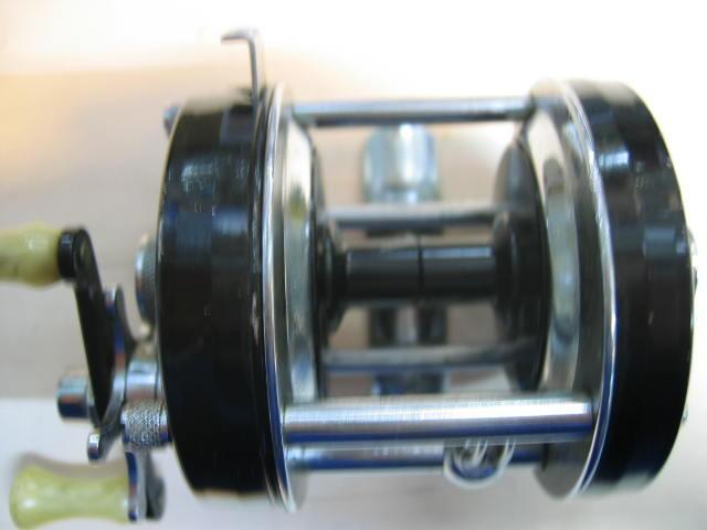ABUの5000Cブラックの角波73年モデルです。全体的に美品です。スーパーギア側とレベルワイインドは洗浄済みです。