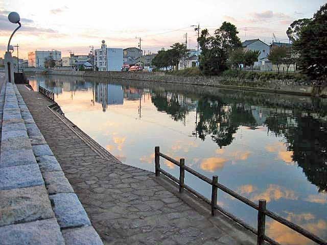 巴川の早朝の風景です。風がないので水面に周りの景色が映って見えます。