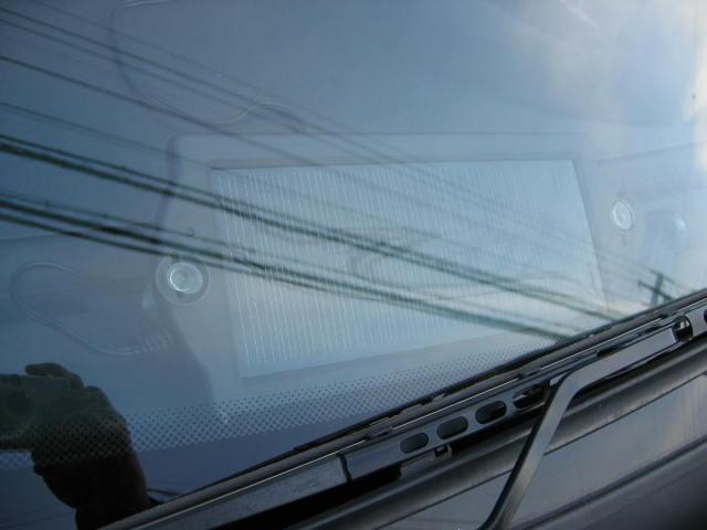 車のフロント面に取り付けたソオラーパネルです。