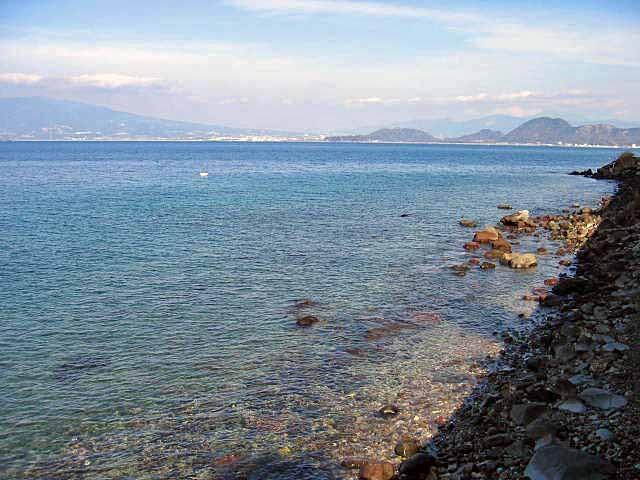 西伊豆の綺麗な海、左向こうが富士山方面です。