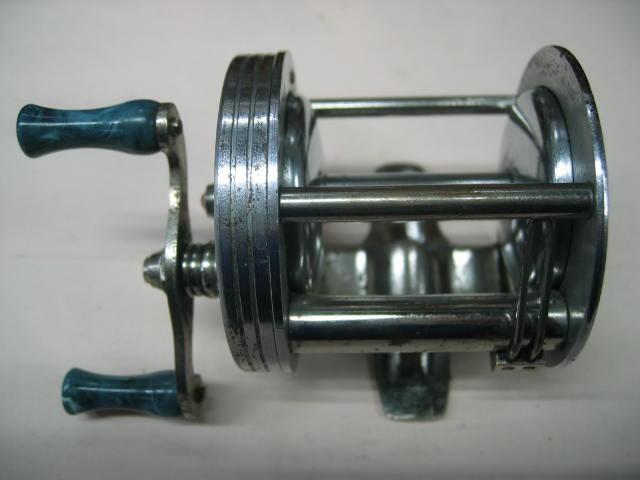 両面に彫り物の入ったダイレクトリールです。回転のいい良物のリールでズバリ7800円!