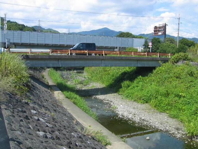 雨が少ないので干上がる寸前の塩田川です。防音壁の所が東名です。