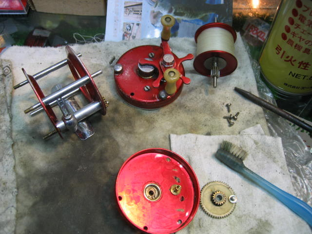 上記ABU5000の分解、洗浄整備中の写真です。メインはスーパーギアとレベルワインドの洗浄です。