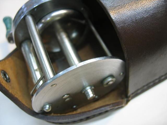 革ケース付きのブロンソン コメット、回転良好のダイレクトリールです。¥16800