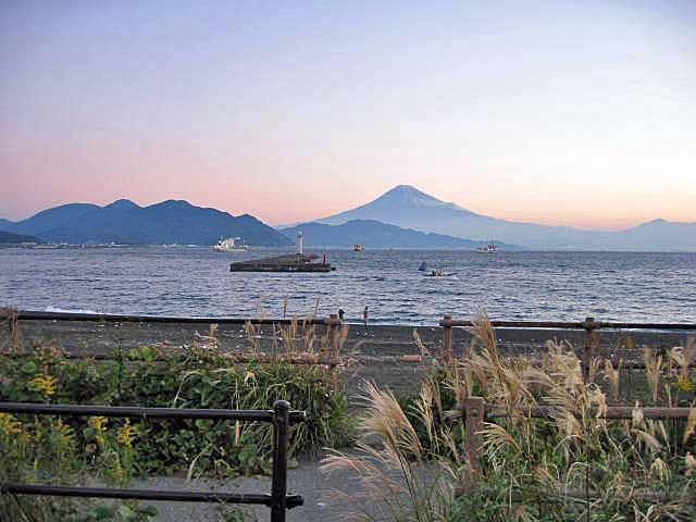 三保からの富士山です。ここからゴムボートを出して釣りをする人もいます。