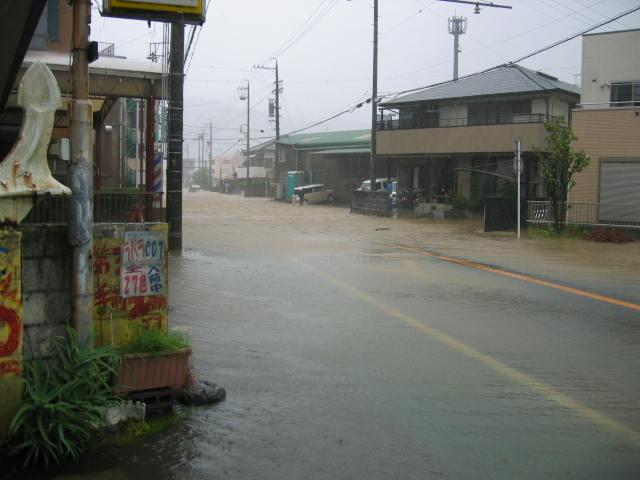 かなり近くまで水が溢れてきています。七夕豪雨以来です。