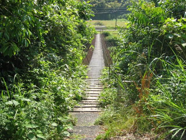 清水区の上流にある昔ながらの吊り橋です。夏は中央の方に行くと自然の涼しさが感じられます。