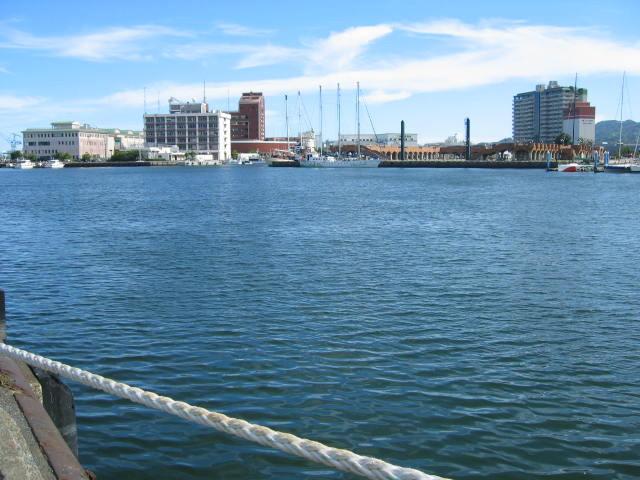 向こうの中央から遊覧船が出ています。(画像をクリックで清水の釣り場風景に移動します。)