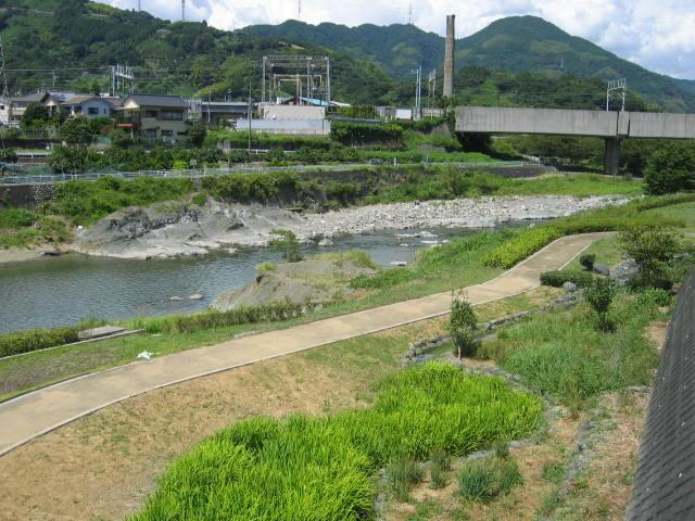 興津川の新幹線下です。遊歩道もできています。