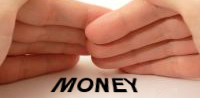 「MONEY」の文字を隠そうとする手の写真