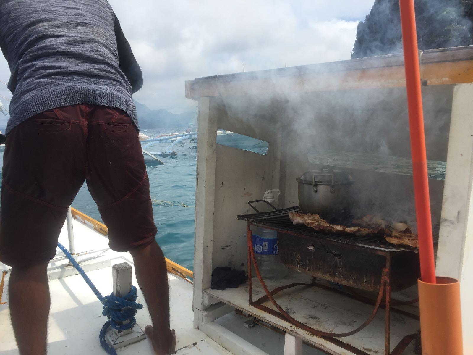 Das Mittagessen wird auf dem Boot gekocht.