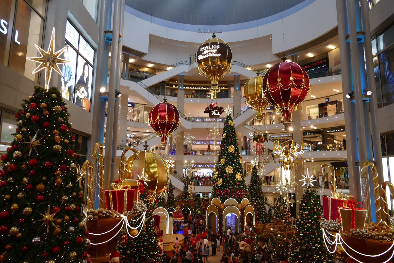 Das Pavilion Shopping Center mit Weihnachtsdeko