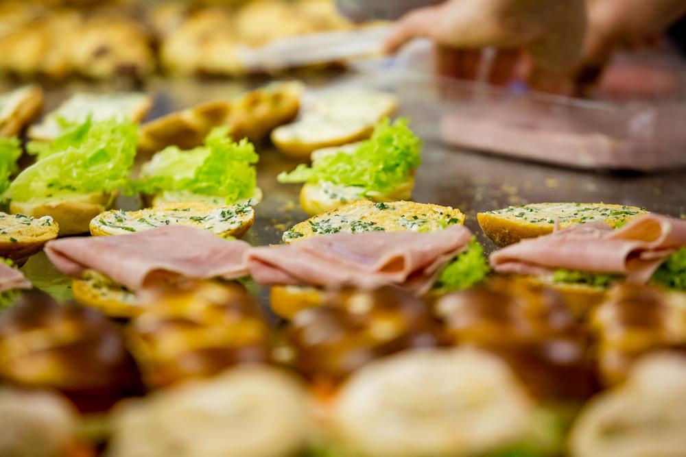 Impressionen vom Füllen der Sandwiches