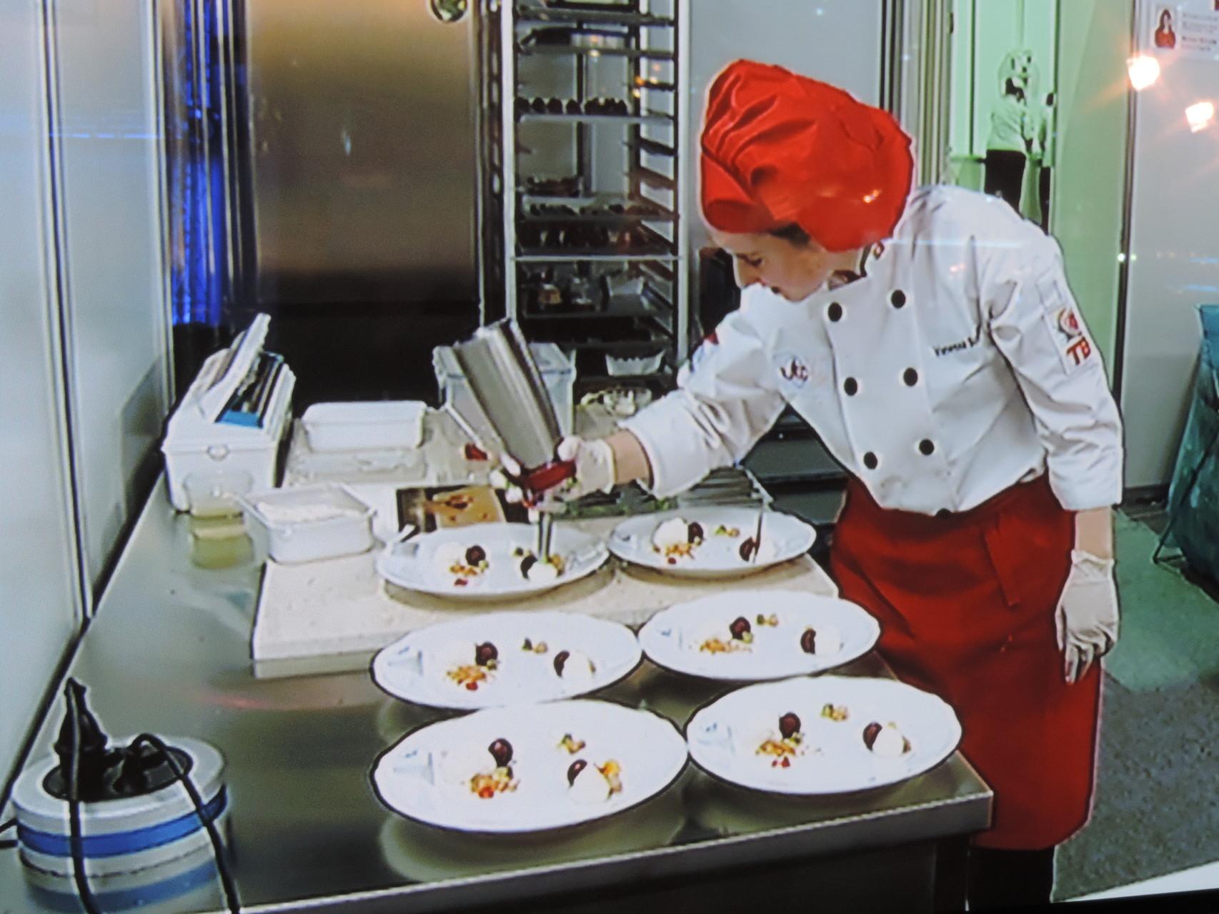 Anrichten des Desserttellers auf die Minute genau.