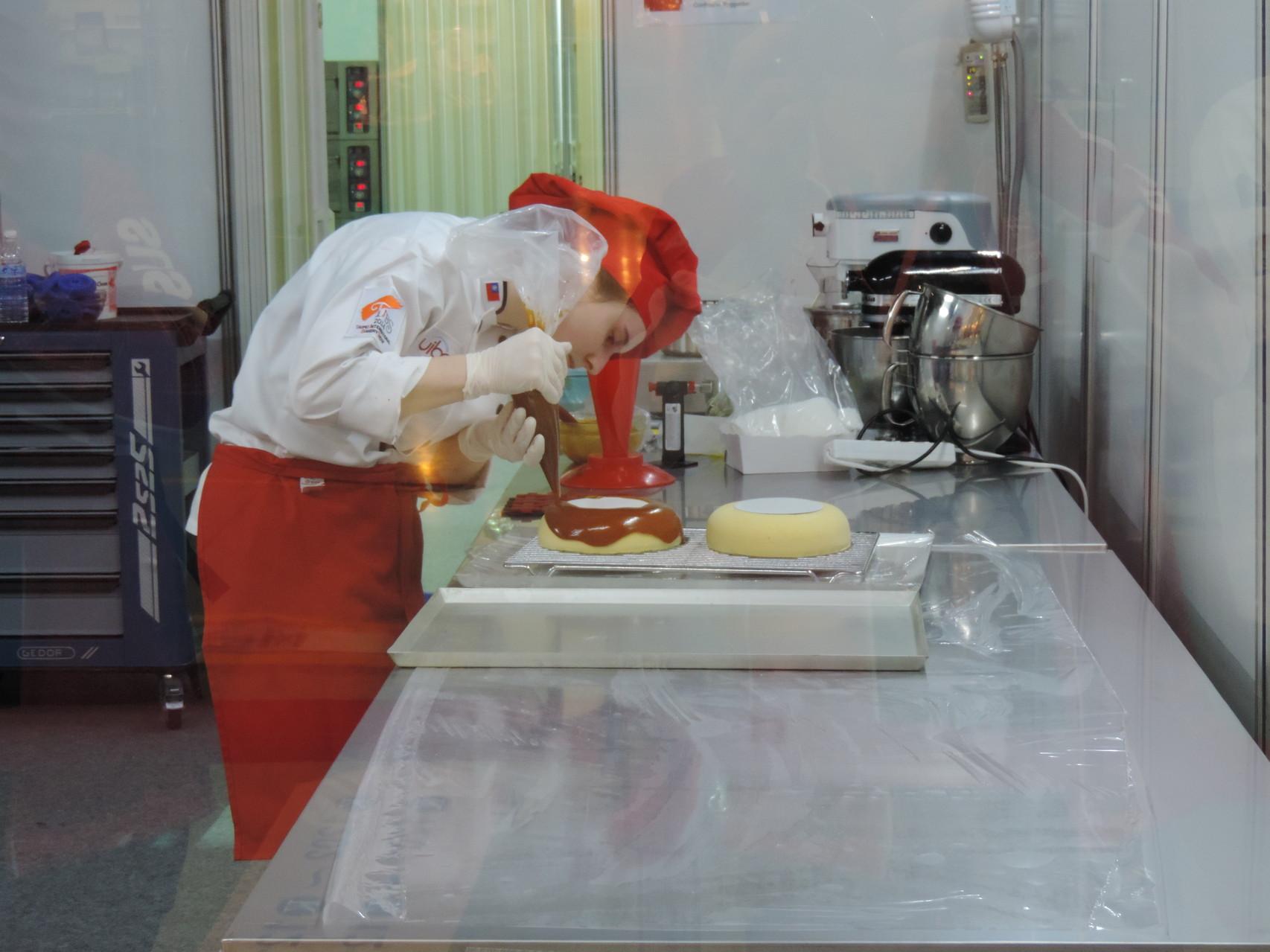 Überziehen der Torte mit der Passionsfrucht-Caramelglasur.