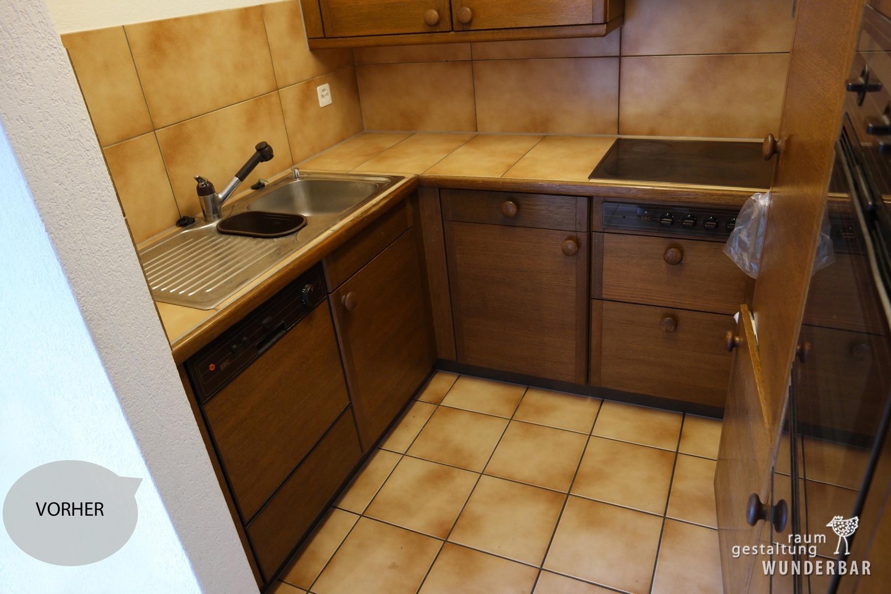 Vorher: Alte Küche mit rustikal Holz und Kacheln