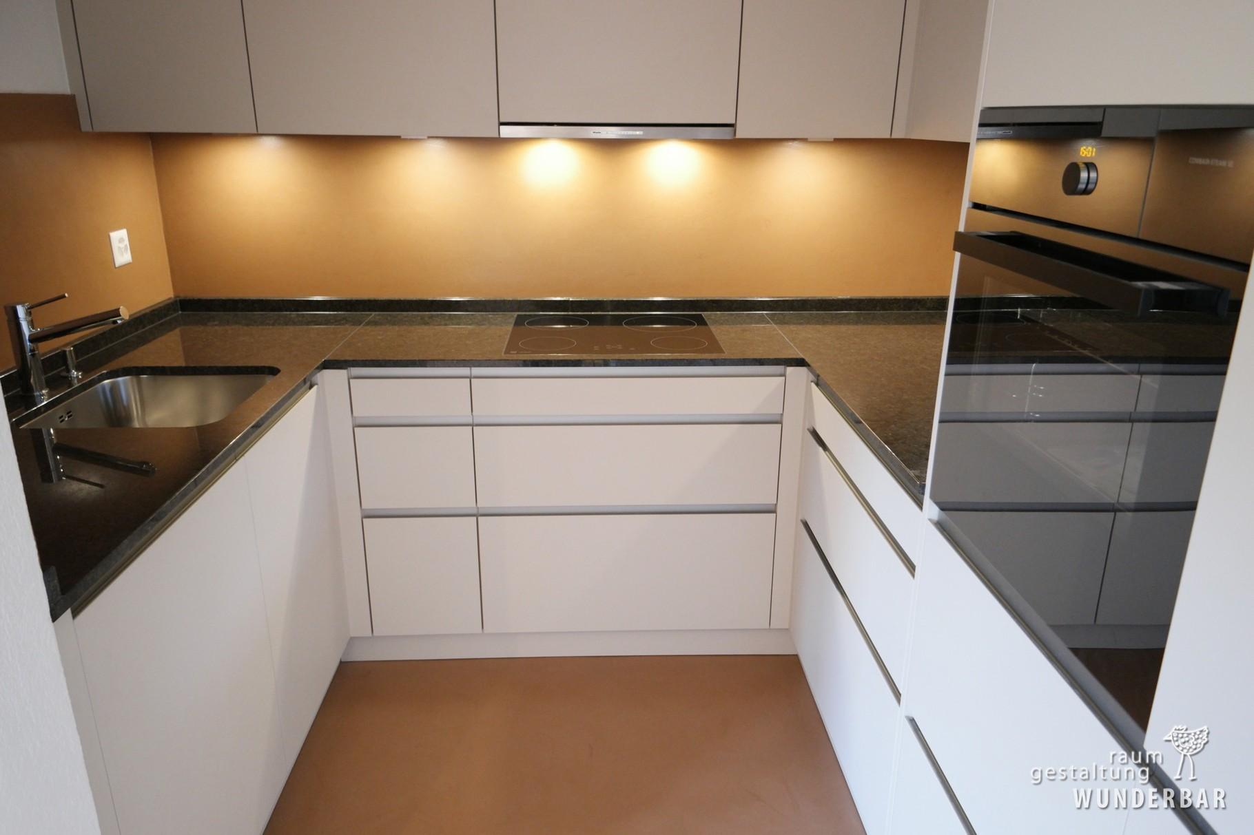 Nachher: Moderne Küche mit fugenloser Wand/Boden-Beschichtung