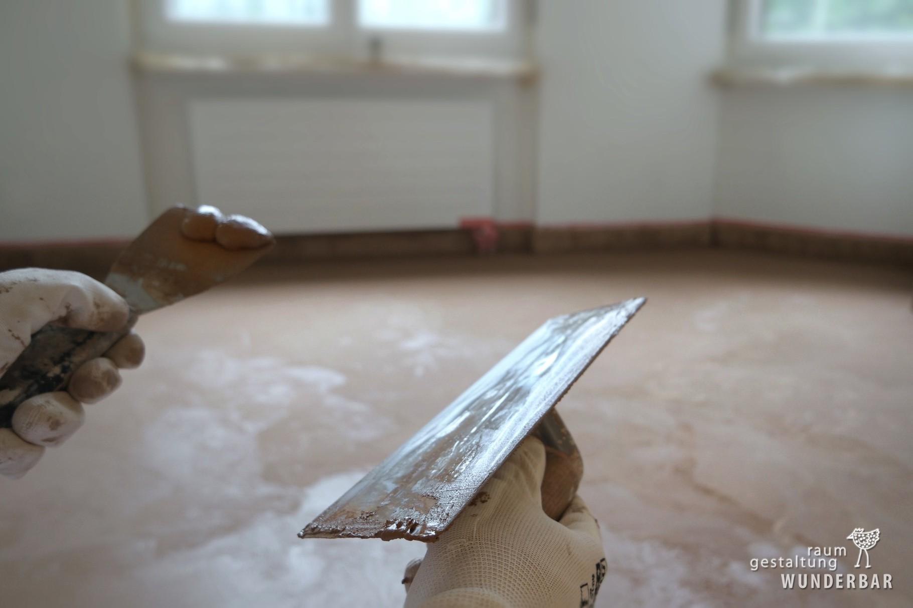Bodenbeschichtung: 2. Lage in Handarbeit