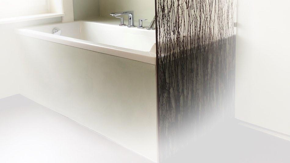 Badewanne Nassbereich mit fugenloser Zement-Beschichtung in Naturfarbtönen