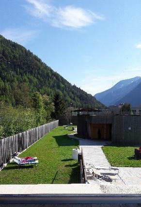 Scorcio del giardino con sullo sfondo la sauna Birke