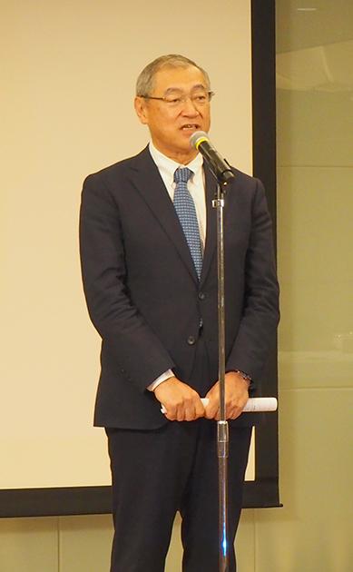 挨拶をする細田理事長