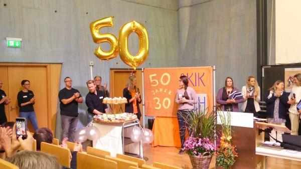 Anlässlich des 50jährigen Bestehens des AKIK Bundesverbands wurde mit allen Gästen eine Torte verzehrt.
