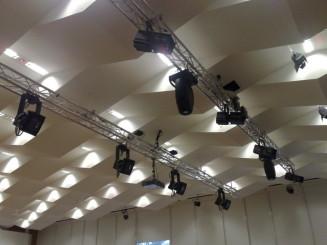 Lichttraverse vor der Bühne großer Saal