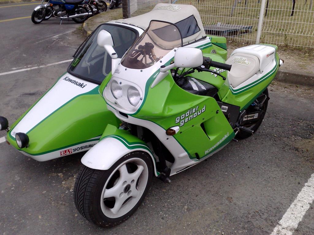 A 3 roues : 1100 ZZR Gaudier Genoud attelée...