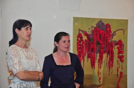 Christy Astuy und Carolin Walker vor einem ihrer Bilder im Schloss Ebenau ©Galerie Walker