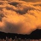 Bergkamm mit Wolken dahinter