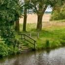 eine Treppe führt in einen Fluss