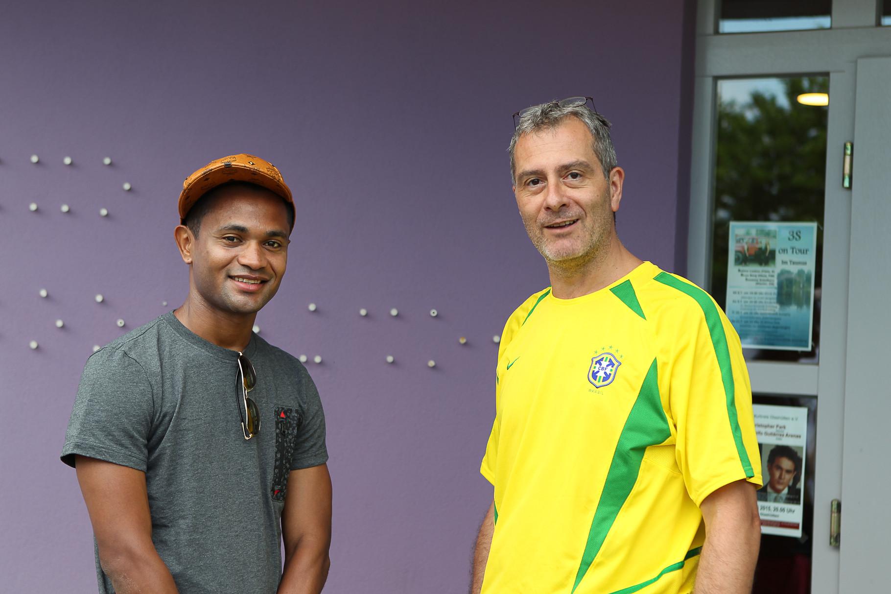 Projektbotschafter Rafael Caetano de Araújo von Borussia MG mit Stefan H., 1. Vorsitzender Tor zur Hoffnung e. V.