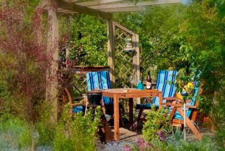 Den gemütlichen Freisitz im Garten können Sie nach Absprache mitbenutzen. Gerne stellen wir ihnen auch einen Grill zur Verfügung.