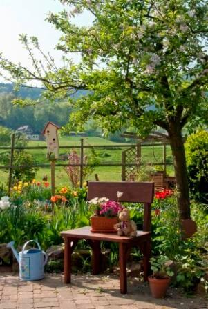 Viel Grün und ein bunter Bauerngarten erfreuen das Auge beim Blick von ihrem Balkon