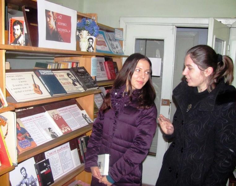Обсуждение у выставки