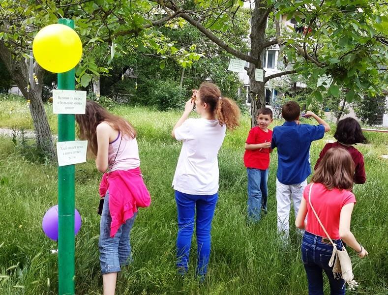 Поощрительные призы - конфеты, свисающие с деревьев, участники срезали сами