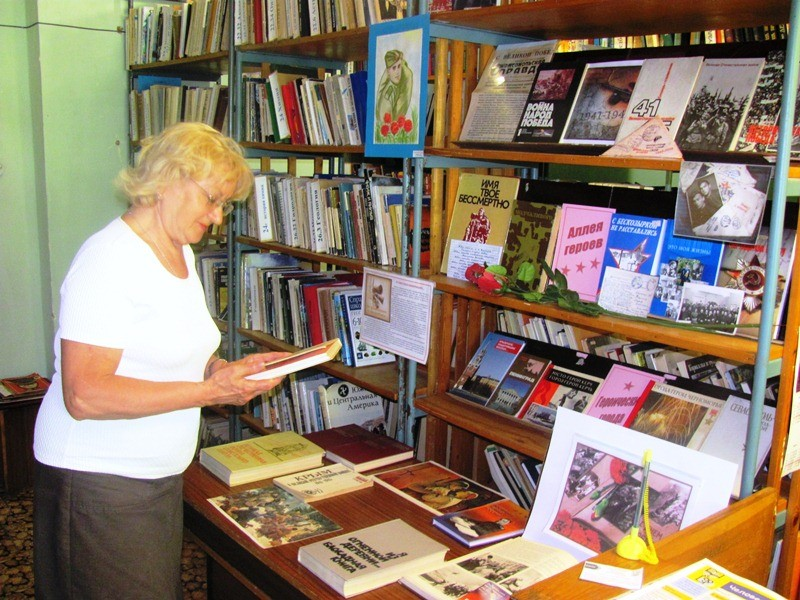 Читательница у говорящей выставки
