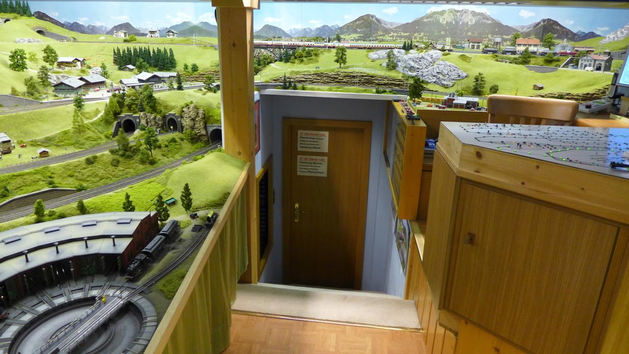 Zugang: über 8 Stufen geht es herauf ins Herz der Modelleisenbahn