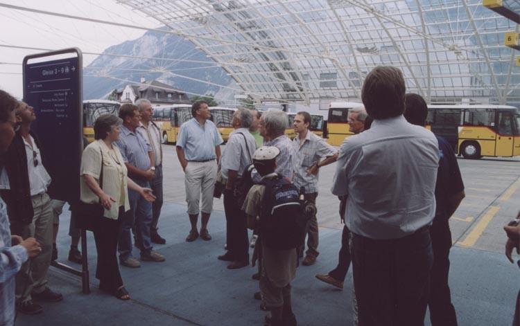 Unter der Glasüberdachung am Postauto-Bahnhof beginnt Vreni Gruber mit der Stadtführung