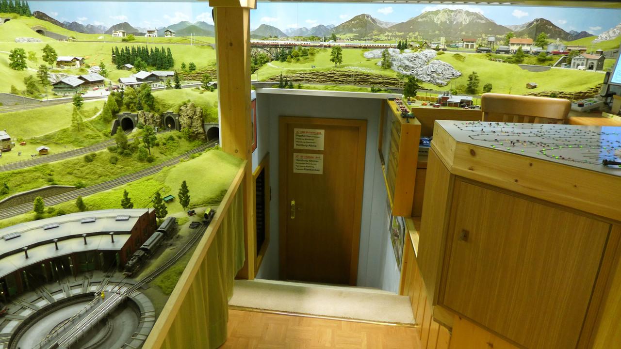 Modellbahn-Ausgang: hinab über 8 Stufen