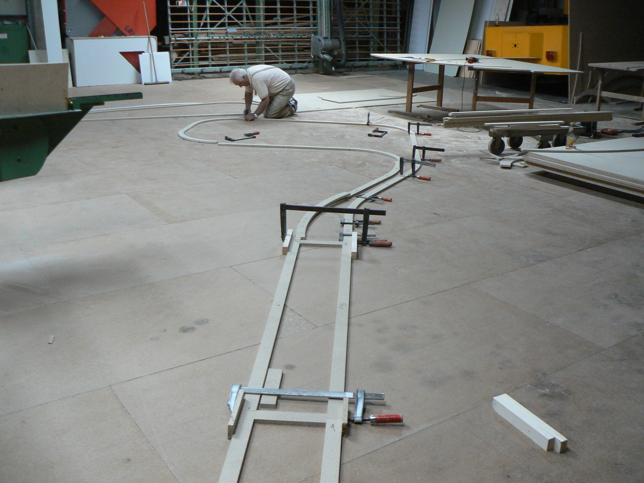Die Trassenteile werden vor der Montage (an der Decke) am Boden ausgelegt und kontrolliert
