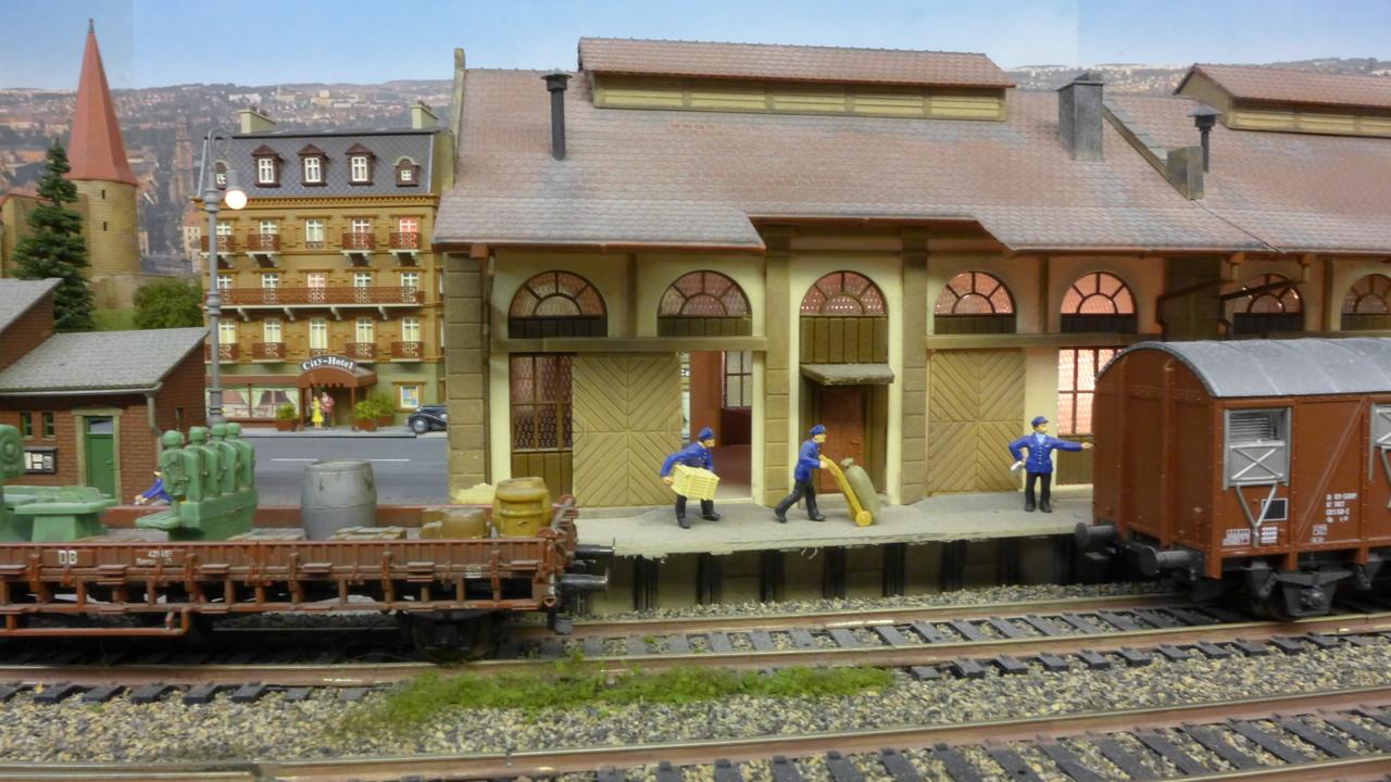 Güterverladung in Baden-Baden. Der Güterschuppen ist von Vollmer
