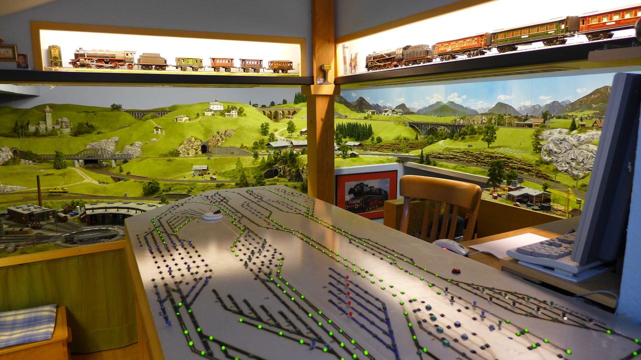 Blick nach Süd-Ost: Hügellandschaft und Stellpult mit 743 LEDs